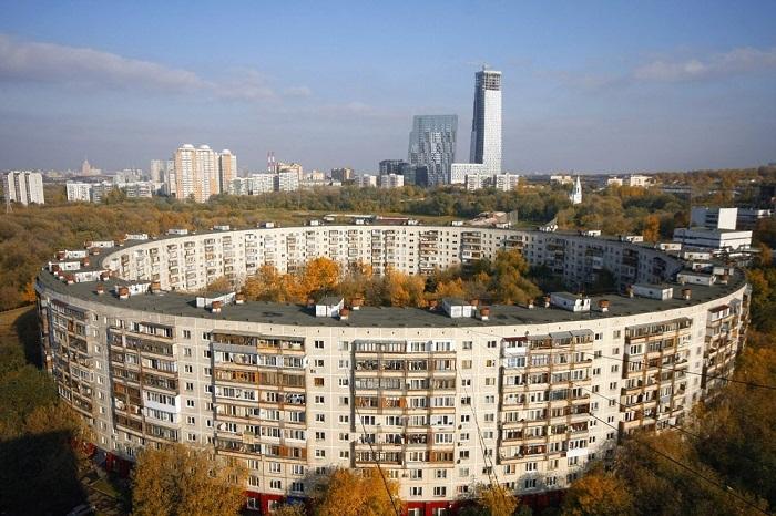 На фоне привычных зданий, фасад круглого дома выглядит оригинально.