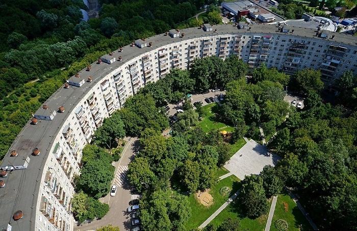 Изолированный двор круглого дома позволяет организовать спортивные и детские площадки, удобную зону отдыха и иметь свой сквер.