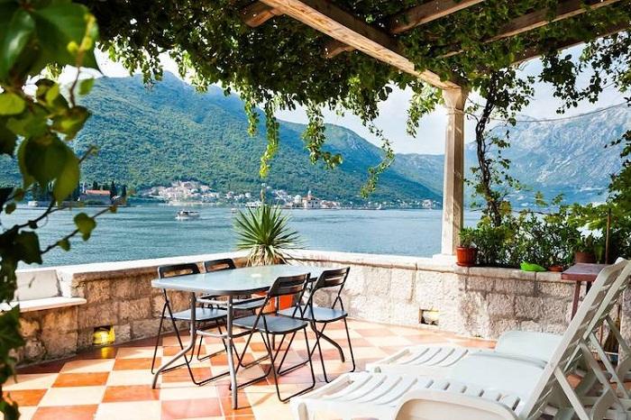Открытая терраса с видом на залив Котор (Черногория).