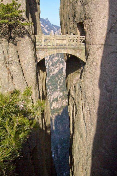 Мост Бессмертных в горах Хуаншань расположен на высоте 1320 метров между двух столбообразными скал (Китай). | Фото: stoplusjednicka.cz.