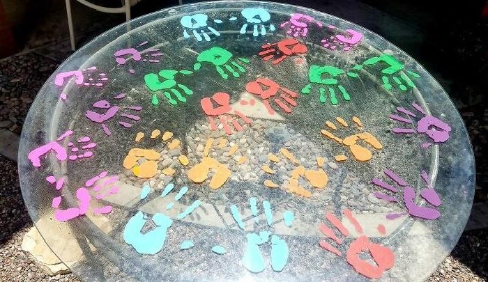 Каждый из членов семьи оставил по две пары разноцветных отпечатков на стеклянном столе (So Cal, Калифорния). | Фото: hometalk.com/ © Tiffany.