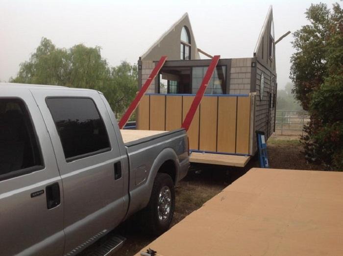 К месту установки крошечного домика большую часть конструкции можно доставить на обычном прицепе от автомобиля. | Фото: indy100.com/ © Chris Heininge.