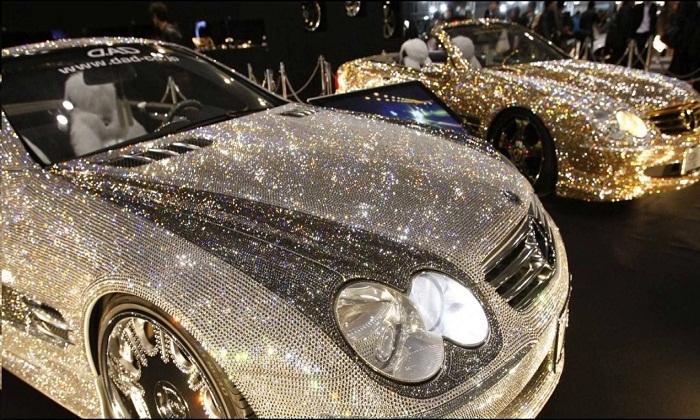 Наиболее блистательные экспонаты из многочисленной коллекции автомобилей, расположенной в небоскребе Антилия. (Бомбей, Индия).