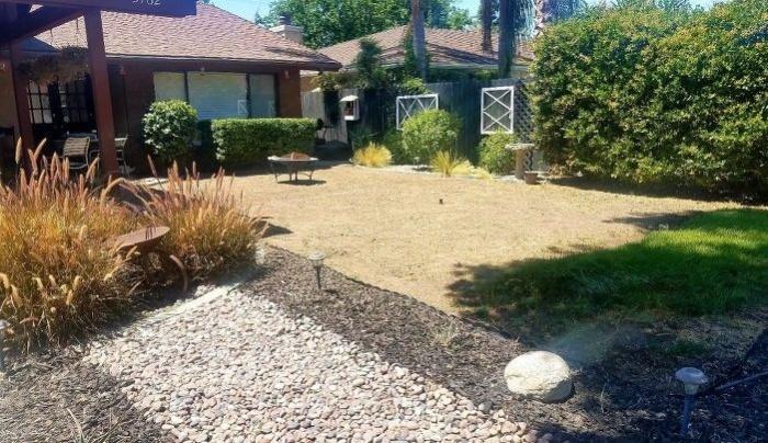 Этот двор навевал тоску на хозяйку, и она решилась на преобразования (So Cal, Калифорния). | Фото: hometalk.com/ © Tiffany.