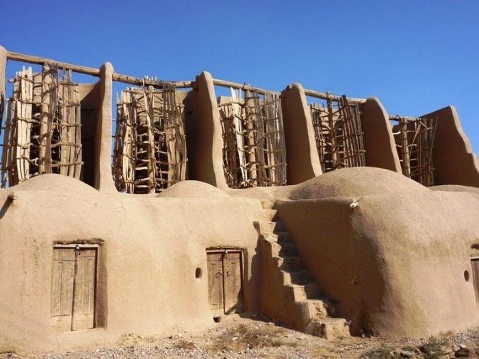 Уникальные ветряные мельницы были построены еще во времена расцвета Персии (Nashtifan, Иран). | Фото: amusingplanet.com.