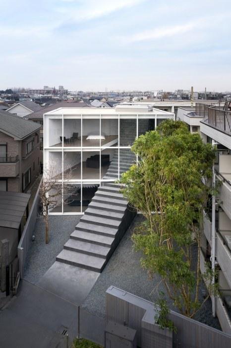 С южной стороны «Лестничный дом» имеет прозрачную стену (Токио, Япония). | Фото: mymodernmet.com.