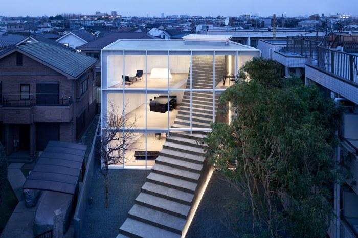 Японские архитекторы создали дом-куб с прозрачной стеной, которую насквозь прорезает бетонная лестница («Stairway House», Токио). | Фото: mymodernmet.com.