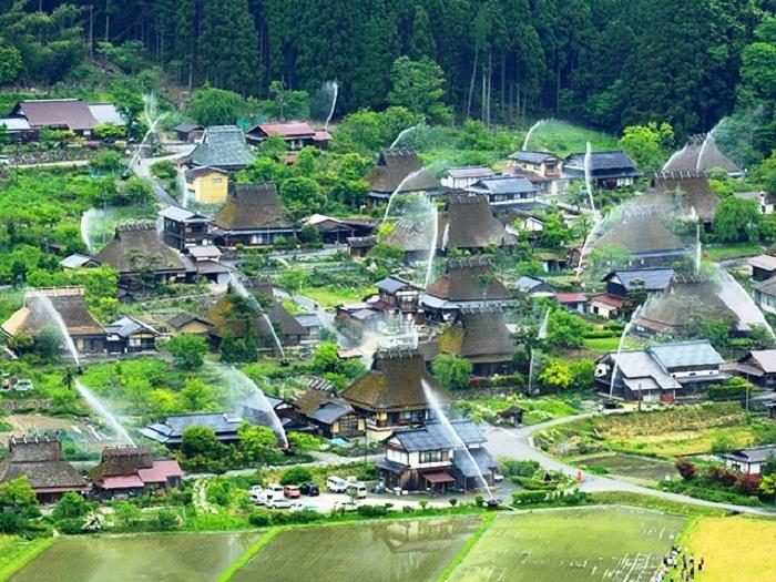 Спринклерная система при угрозе возгорания начинает свою работу, превращая деревню в огромный фонтан (Деревня Каябуки-но Cато, Яапония). | Фото: zefirka.net.
