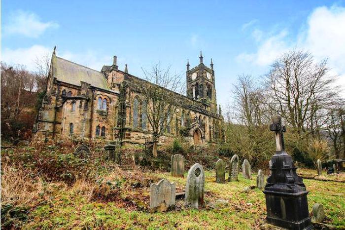 Практически все могилы с территории церкви надо перенести на другое кладбище.