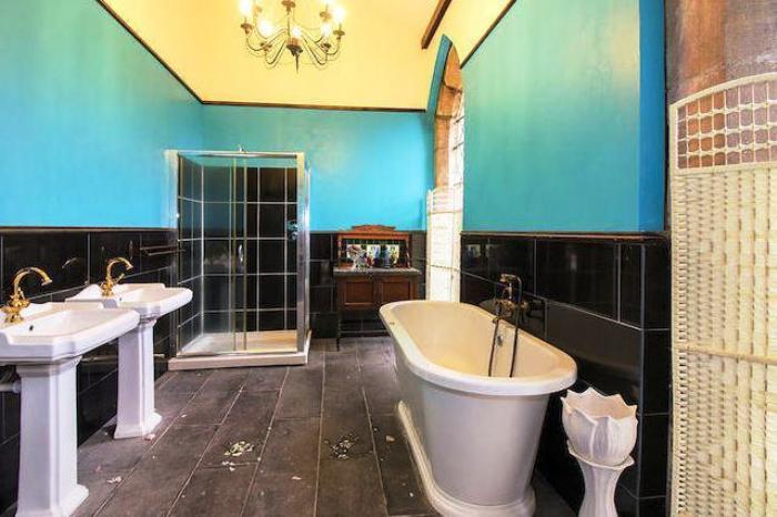 Одна из ванных комнат в готической церкви.