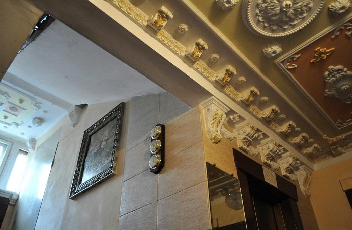 Лепнина на потолке создает тонкую и изящную атмосферу во всем подъезде.