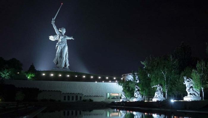 Волгоградцы хотят, чтобы монумент в вечернее время подсвечивался как прежде («Родина-мать зовет!»). | Фото: theplacement.ru.