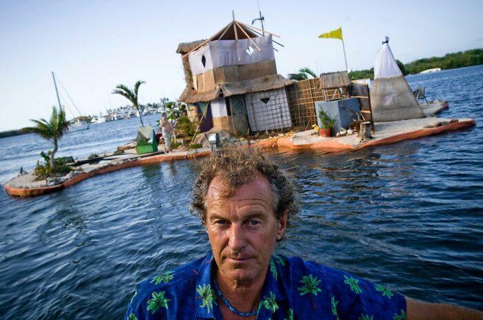Ричард Сова самостоятельно создал 3 искусственных острова из пластиковых бутылок. | Фото: factroom.mirtesen.ru.