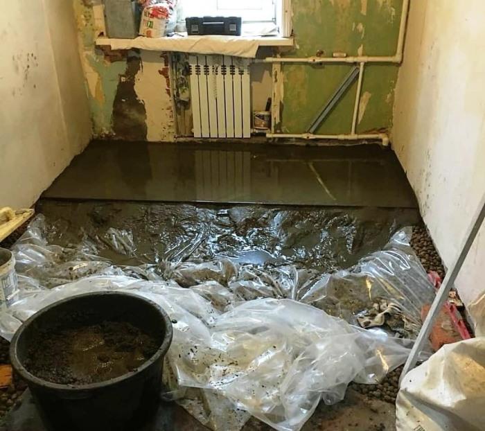 Чтобы защитить пол от губительного влияния влаги, нужно использовать гидроизоляционные материалы. | Фото: industriyaremonta.ru.