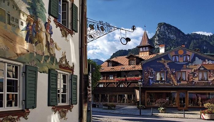В деревне Обераммергау фасады всех домов расписаны уникальными фресками (Германия). | Фото: travelask.ru.