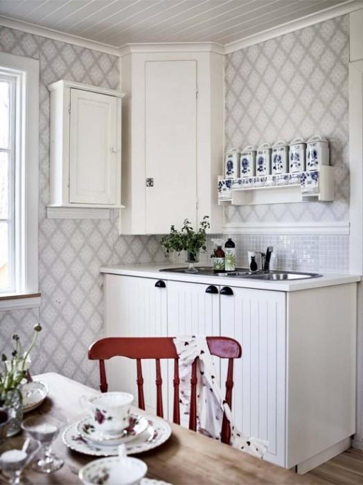 Вертикальные площади меленькой кухни лучше не перегружать. | Фото: kitchendecorium.ru.