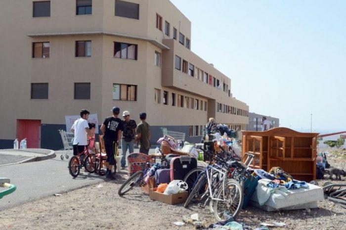 В Сан Исидро был захвачен новый 40-квартирный дом, который уже принудительно очищен от «okupas» (Испания). | Фото: tenerifetoday.ru.