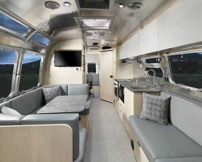 Уютная гостиная порадует путешественников (Airstream Flying Cloud 30FB Office). | Фото: mymodernmet.com.
