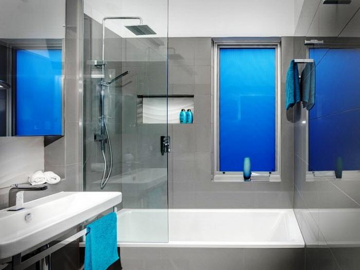 Цветное фальш-окно в ванной из оргстекла.
