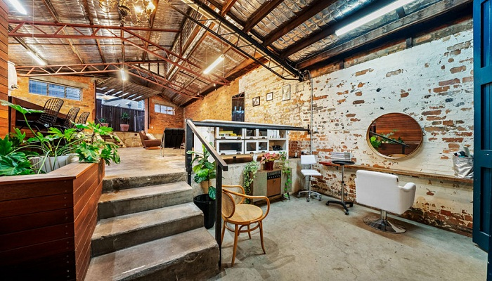 Внутри сохранили кирпичные стены, бетонные полы и массивные металлические балки.