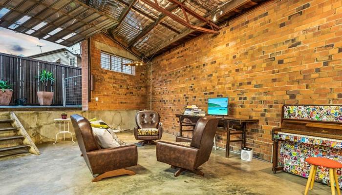 Эта гостиная имеет подъемную стену, выходящую во внутренний дворик.