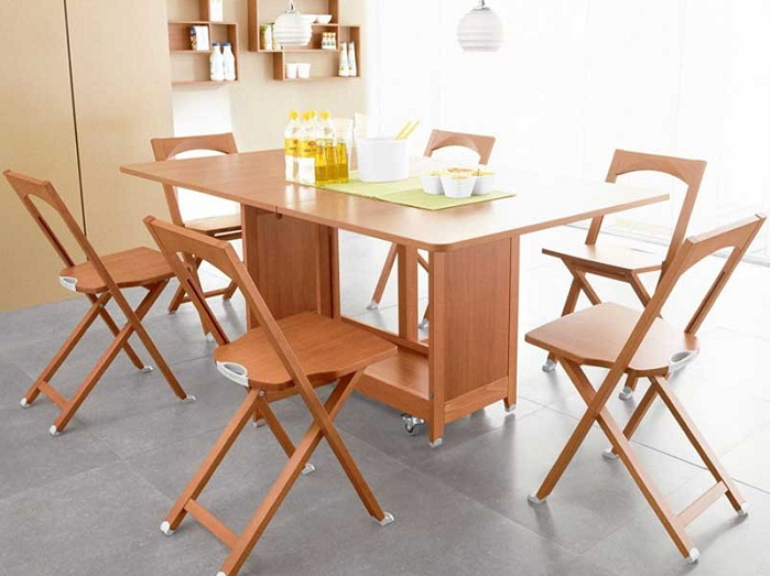 Обеденный стол со складными смарт-стульями.
