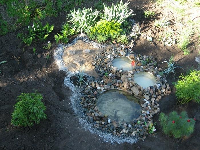 Можете расположить свой пруд под кронами деревьев.