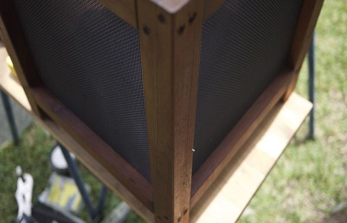 Сборка боковых частей мухоловки.