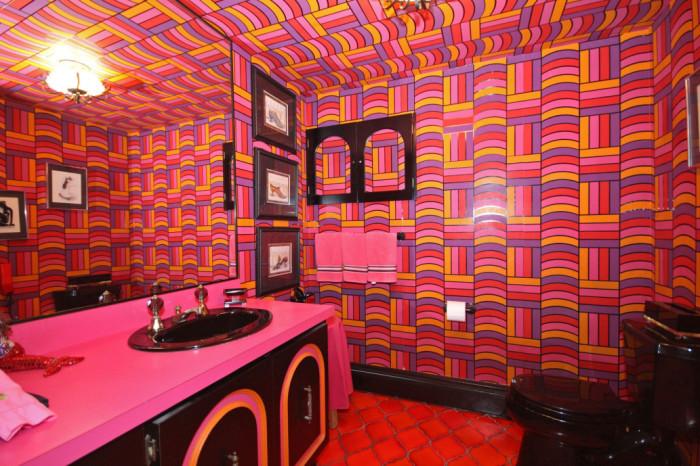 Эксцентричная ванная комната оформлена в стиле диско (ретро-дом в Фрамингеме, США). | Фото: nypost.com.