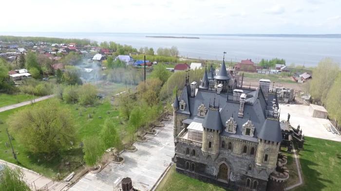В замке будет действовать luxury-отель, ресторан, аква-комплекс, развлекательная, парковая, пляжная зоны и собственный порт. | Фото: zhiznteatr.mirtesen.ru.