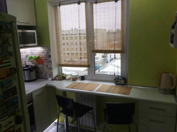 Оригинальный дизайн кухни в 5,2 кв. м., где подоконник заменили столешницей, чтобы уместить все необходимое. | Фото: onashem.mediasole.ru.