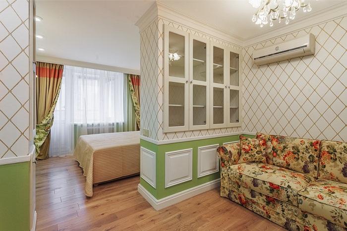 Спальня, гостиная и продуманные системы хранения организованные в одной комнате.
