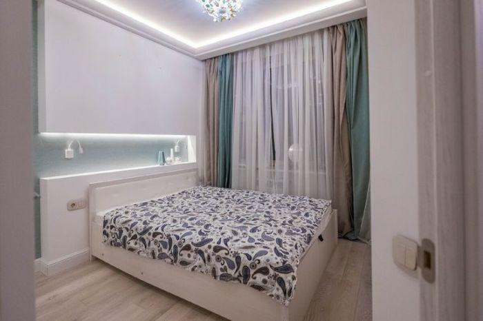 Текстиль и оформление интерьера соответствует цветовой гамме дизайна всей квартиры. | Фото: onashem.mediasole.ru.