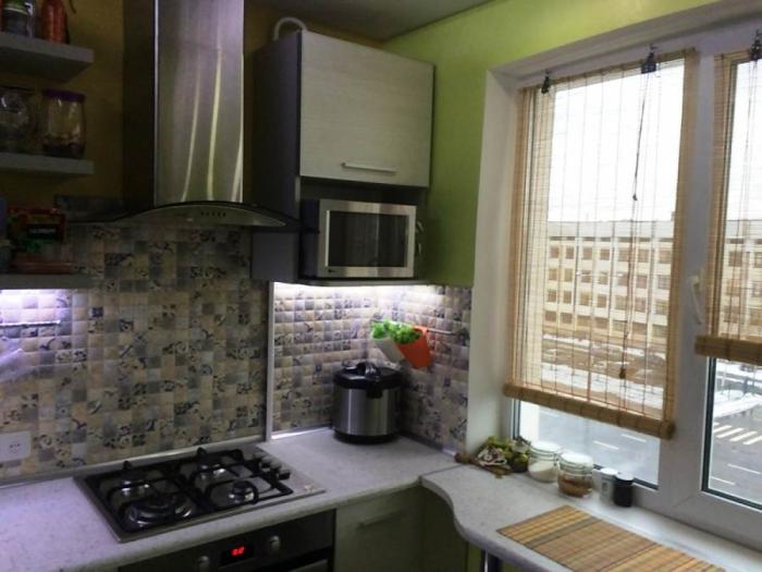 Шкафчик, в котором спрятан газовый счетчик, стал дополнительным местом хранения. | Фото: kvartira.mirtesen.ru.