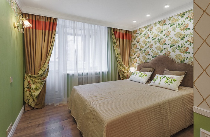Полноценную спальню с рабочим местом решили делать возле балконной двери и окна.