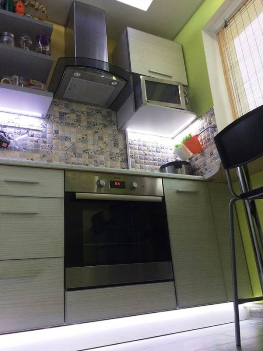 На столь крошечном пространстве нашлось место только для стандартной газовой плиты и парочке тумб с выдвижными ящиками. | Фото: kvartira.mirtesen.ru.