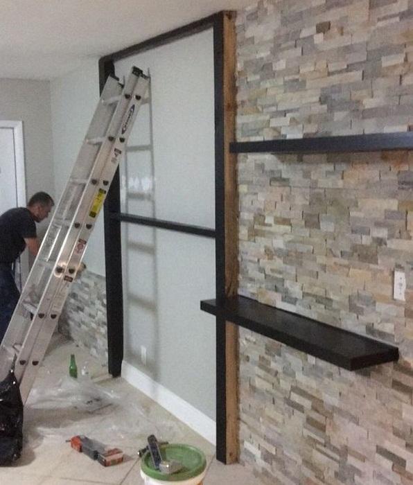 На стене решили установить полочки в той же стилистике, что и центральный каркас.