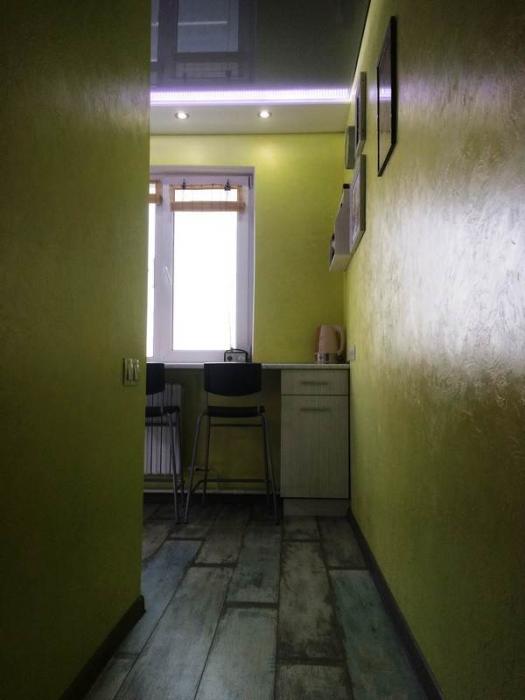 Если смотреть из такого ракурса, кухня кажется даже просторной. | Фото: kvartira.mirtesen.ru.