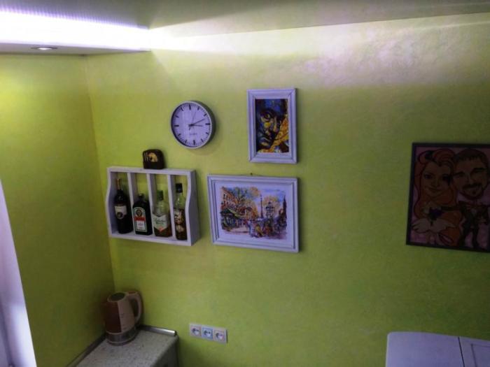 На свободной стене нашлось место и для декора. | Фото: onashem.mediasole.ru.