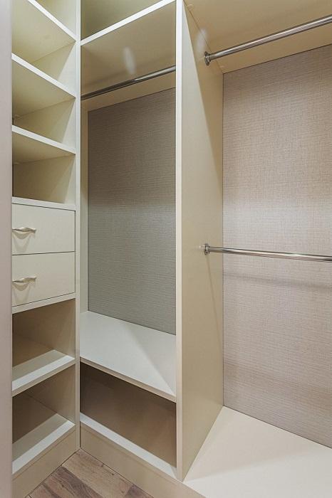 Кладовку освободили от различного хлама и оборудовали вместительный шкаф.