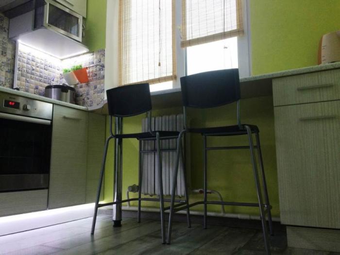 Подсветка рабочей зоны внизу навесного шкафа и цокольных выдвижных ящиков облегчают и готовку, и передвижение. | Фото: kvartira.mirtesen.ru
