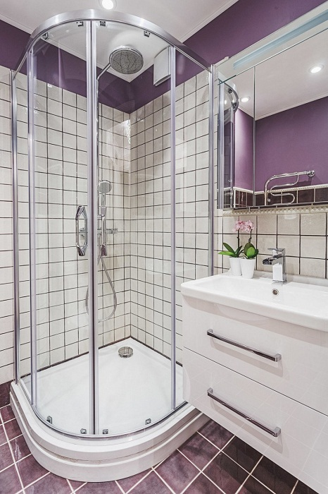 Вместо ванной установили душевую кабину, что прибавило места для создания дополнительных мест хранения.