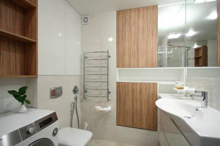 Создание «мокрой ванной» в европейском стиле помогло уменьшить габариты ванной комнаты. | Фото: interiorsmall.ru.