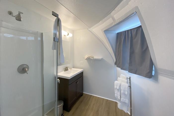 В номере-иглу имеется и благоустроенная ванная комната (Borealis Basecamp, Аляска). | Фото: 2tout2rien.fr.
