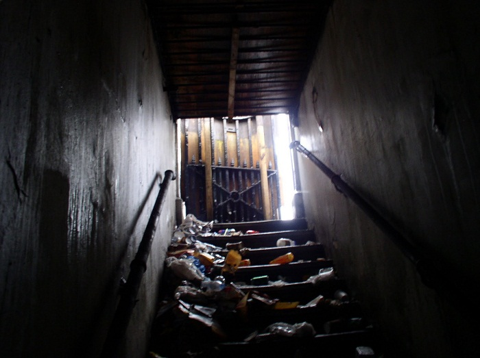 Так выглядела лестница, ведущая в разрушенный туалет.