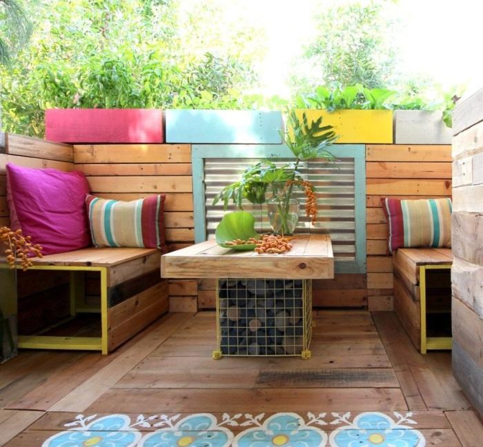 Уютный и яркий уголок отдыха на открытом балконе станет идеальным местом для отдыха. | Фото:  inhabitat.com.