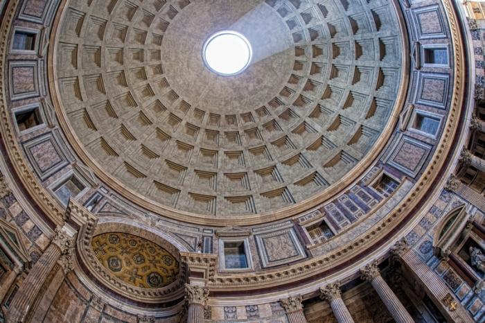 Толщина стены купола у основания составляет 6 м. | Фото: romegid.com.