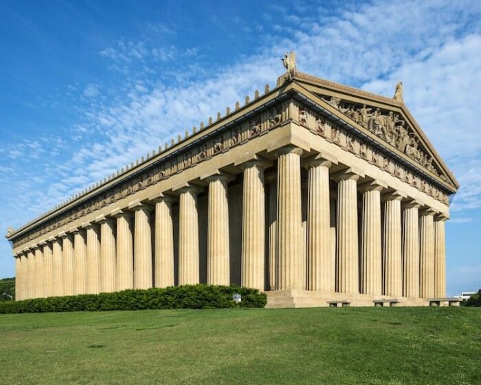 Изначально Парфенон украшали впечатляющие фронтоны, венчающие передний и задний фасады здания, непрерывный фриз, который заполняли скульптуры и барельефы (цифровая визуализация). | Фото: mymodernmet.com.