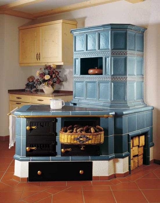 Русская печь-камин, оформленная в стиле «русская изба» с использованием современных материалов.