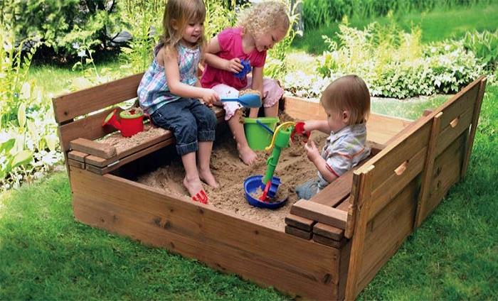 Малышам сделайте удобную песочницу.
